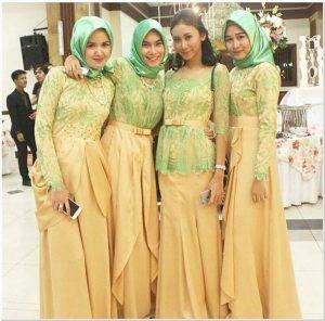 Model seragam keluarga resepsi pernikahan anak muda