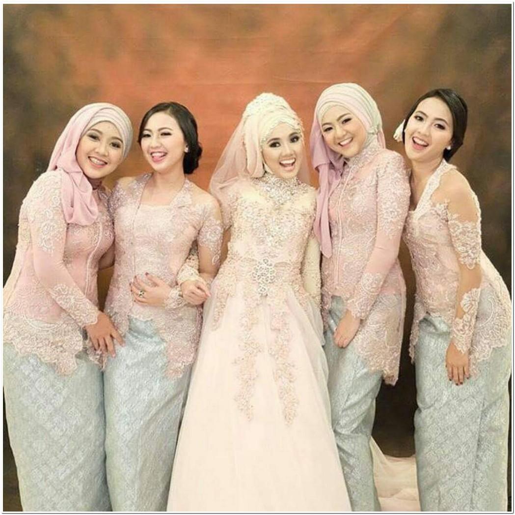 Seragam keluarga resepsi pernikahan warna pink