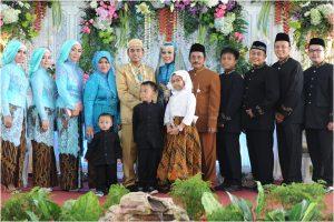 Seragam keluarga lengkap untuk resepsi pernikahan