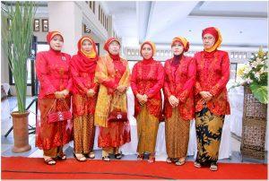 Seragam resepsi pernikahan warna merah